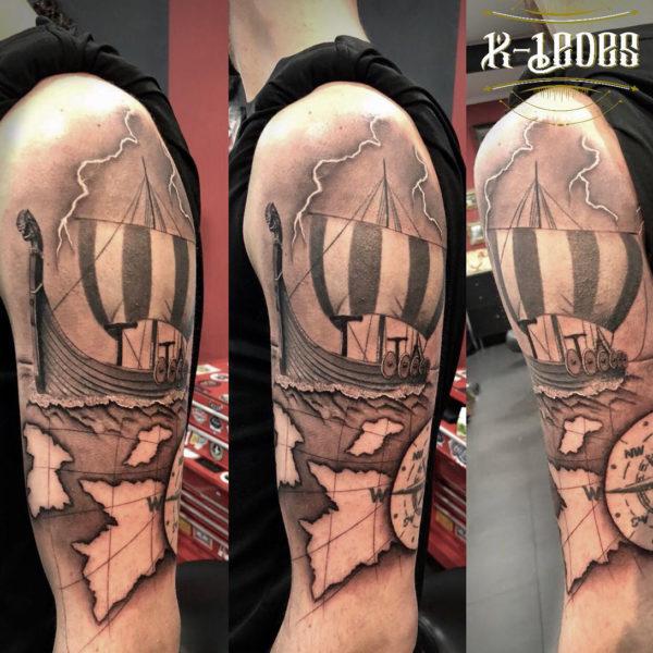 Tatuaje de barco vikingo y mapa