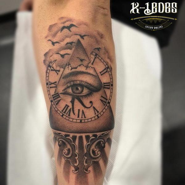 Tatuaje de pirámide con ojo