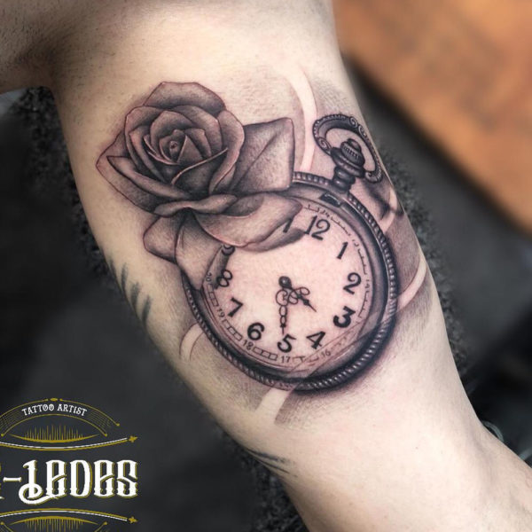 Tatuaje de rosa con reloj