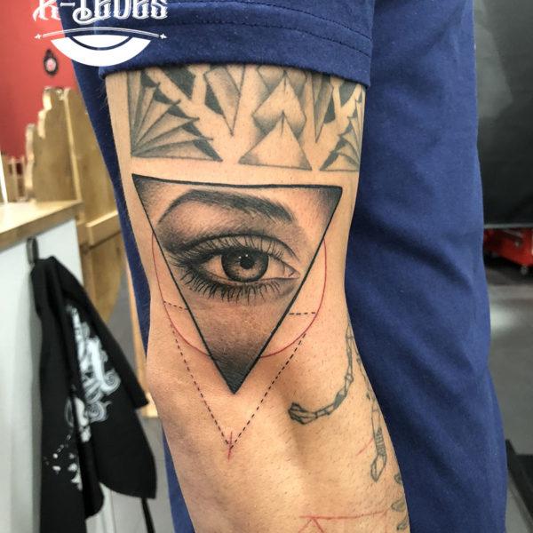 Tatuaje de triángulo con ojo